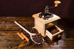研的咖啡豆和香料与手研磨机 库存照片