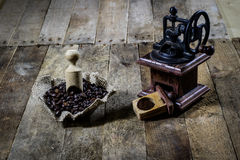 研的鲜美咖啡老时髦的研磨机在老木t 免版税库存照片