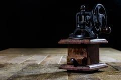 研的鲜美咖啡老时髦的研磨机在老木t 库存图片