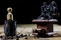研的鲜美咖啡老时髦的研磨机在老木t 库存照片