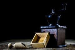 研的鲜美咖啡老时髦的研磨机在老木t 免版税图库摄影