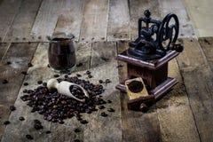 研的鲜美咖啡老时髦的研磨机在老木t 图库摄影
