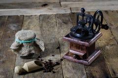 研的鲜美咖啡老时髦的研磨机在老木t 免版税库存图片