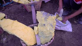 研硫磺的男性手在伊真火山火山, Java,印度尼西亚 影视素材