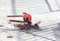 研磨机准备好在水泥地板上的工作 免版税库存图片