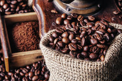研磨机和咖啡豆 库存照片
