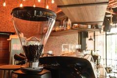 研磨机咖啡豆,咖啡馆商店 库存照片