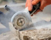 研磨机工作者切开一块石头 图库摄影