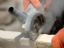 研磨机工作者切开一块石头 免版税库存图片