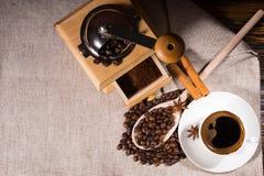 研磨机用咖啡豆和木匙子 免版税库存照片