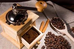 研磨机用烤咖啡豆和木匙子 库存图片