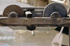 研磨机的老石砂轮 免版税库存照片