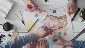 研究一个家庭自动化项目的工程学队 影视素材