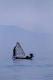 研究一只脚的Inle湖的渔夫 免版税库存照片