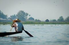 研究一只脚的Inle湖的渔夫 免版税库存图片