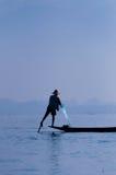 研究一只脚的Inle湖的渔夫 库存图片