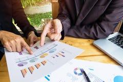 研究与现代数字式一个新的经营计划的企业队 库存照片