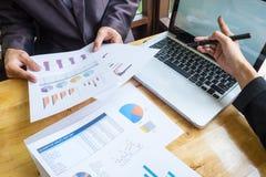 研究与现代数字式一个新的经营计划的企业队 免版税图库摄影