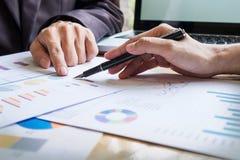 研究与现代数字式一个新的经营计划的企业队 图库摄影