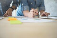 研究与现代数字式一个新的经营计划的企业队 库存图片