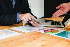 研究与现代数字式一个新的经营计划的企业队 免版税库存照片