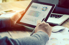 研究书桌数据分析,财务会计 注标在片剂的计算器 免版税库存照片