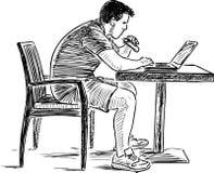研究他的膝上型计算机的一个年轻人的剪影 免版税库存照片