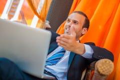 研究他的膝上型计算机的商人 免版税库存图片
