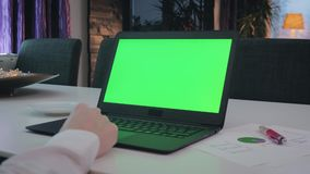 研究他的膝上型计算机的绿色屏幕人 股票录像