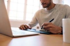 研究便携式计算机的商人使用数字式书写p 库存图片