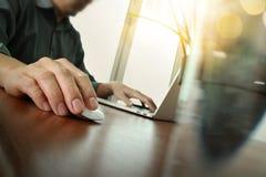 研究便携式计算机的商人手 免版税库存照片
