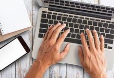 研究便携式计算机的商人手 免版税图库摄影