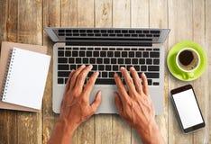 研究便携式计算机的商人手 免版税库存图片