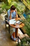 研究便携式计算机的被注重的女商人 头疼痛苦 免版税库存图片