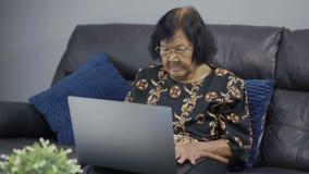 研究便携式计算机的资深妇女 影视素材