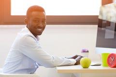 研究便携式计算机的年轻非裔美国人的商人 免版税图库摄影