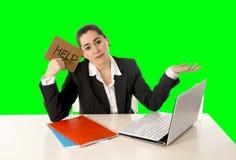 研究便携式计算机绿色色度钥匙的女实业家佩带的西装 免版税库存照片
