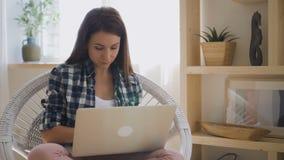 研究全新的膝上型计算机的检查衬衣的年轻女性设计师 影视素材