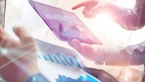 研究全球性财政战略的两个同事使用片剂和膝上型计算机 现代企业队创新概念 影视素材