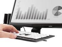 研究办公计算机 收入在计算机上的分析图表 库存照片