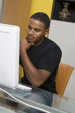 研究台式计算机的人 图库摄影