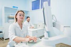 研究员合作工作在计算机科学分析的数据科学测试在化学实验室 免版税图库摄影