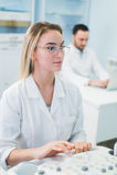 研究员合作工作在计算机科学分析的数据科学测试在化学实验室 免版税库存图片