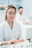 研究员合作工作在计算机科学分析的数据科学测试在化学实验室 库存图片