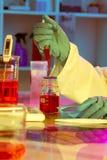 研究员工作在现代科学实验室 库存照片