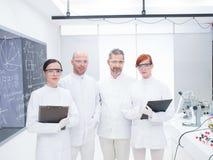 研究员队在化学实验室 库存照片