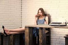 研究和休闲概念 享受咖啡休息放松的教育和休息妇女 免版税库存照片