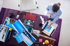 研究图片的摄影师和艺术家在设计演播室 图库摄影