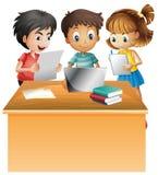 研究在书桌上的计算机的孩子 库存例证