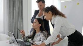 研究在办公室空间,群策群力的膝上型计算机的创造性的队办公室人在计算机 股票录像